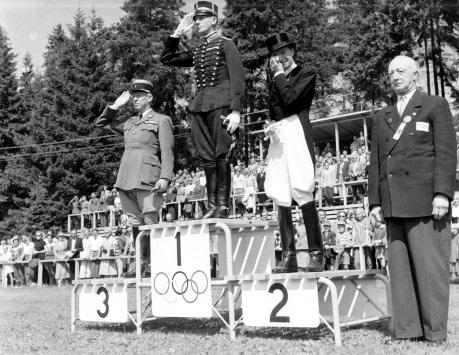 lis-hartel-1952-olympic-podium-1952